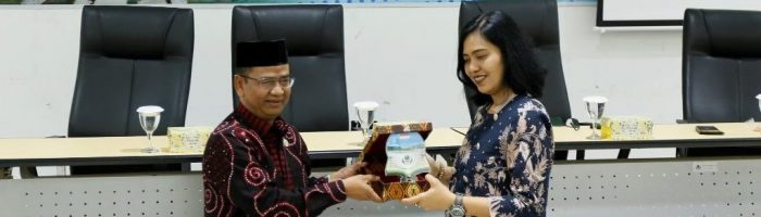 Kepala Biro Administrasi Umum, Akademik, dan Kemahasiswaan, Drs. Khaeroni, M.Si bersama Kepala Biro Komunikasi dan Pelayanan Masyarakat drg. Widyawati, M.KM., 22 Maret 2019